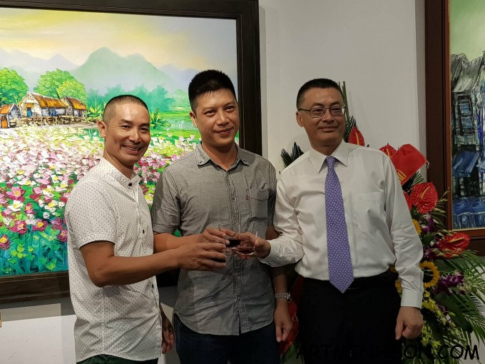 The guests cheered to Painter Nguyen Minh Son.
