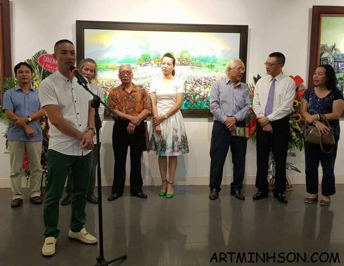 Painter Nguyen Minh Son expressed his thanks to the distinguished guests for coming to the exhibition.